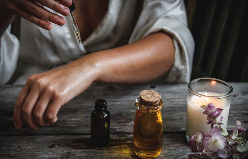 CBD kozmetika: konopný olej - žena si kvapká konopný olej na ruku