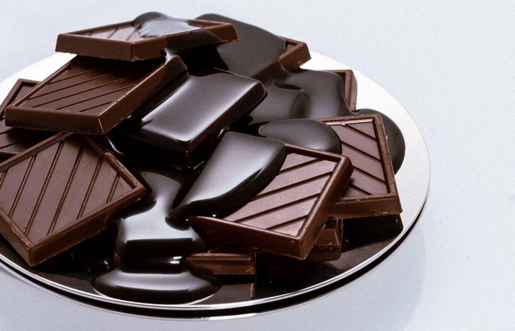 Čokoláda - tabulky čokolády poliate roztopenou čokoládou