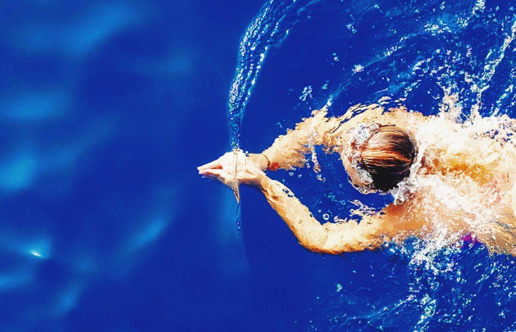Plávanie - žena vo vode pláve
